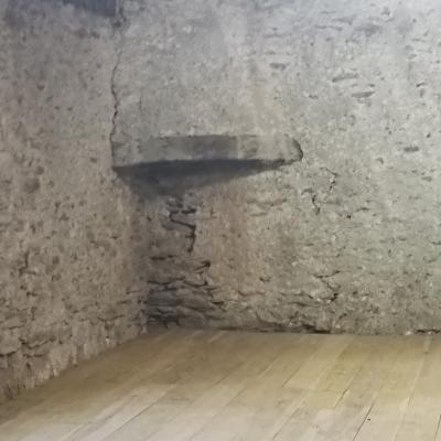 Une des cheminéees en angle de la magnanerie du mas Castagnère
